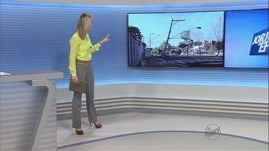 Motorista bate carro em poste de avenida de Ribeirão Preto, SP - Outros acidentes já aconteceram no mesmo local.