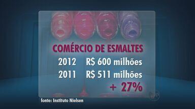 Esmalterias se transformam em paraíso feminino - Mercado de esmaltes cresceu 27% entre 2011 e 2012.