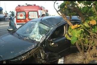 Em São Luís, uma mulher ficou ferida num acidente neste sábado (21) na Av. Colares Moreira - Motorista bateu em árvore, fazendo o carro derrapar e invadir a outra pista. A motorista não sofreu ferimentos graves.