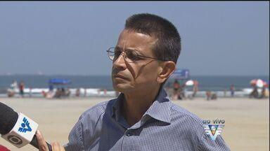 Representante da SPU fala sobre decisão de multar ambulantes em Santos - Guarda-sóis disponibilizados pelos comerciantes não poderão mais ocupar o espaço dos banhistas que frequentam as praias em Santos.