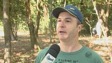 Grupo de moradores de São Carlos faz mutirão para comemorar o Dia da Árvore - Grupo de moradores de São Carlos faz mutirão para comemorar o Dia da Árvore.