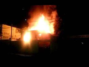 Internauta flagra incêndio em casa na região central de Divinópolis - Não havia moradores na residência. Bombeiros estiveram no local e controlaram chamas.