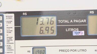 Posto promove Dia Sem Imposto com venda de gasolina mais barata, em Manaus - Ação é do grupo de jovens empreendedores da Associação Comercial do Amazonas.