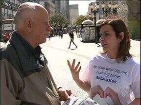 Hoje é o dia mundial de conscientização da doença de Alzheimer - Profissionais da saúde esclareceram a população que passou pelo centro de Curitiba.