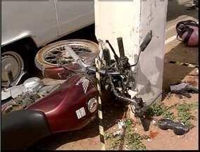 Mulher morre em acidente com moto na BR-381 - Motociclista ficou gravimente ferido ao bater em um poste no perímetro urbano da rodovia em Coronel Faabriciano.