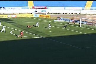 Fernando Henrique salva chute e evita o primeiro gol do Boa Esporte. - Boa defesa do goleiro do Alvinegro