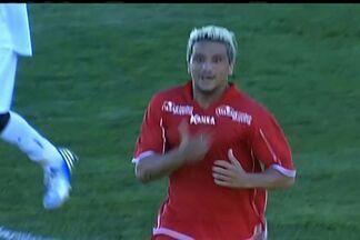 Luiz Paulo, do Boa Esporte, empata o jogo - Marcelinho Paraíba avança pela esquerda e toca para o atacante do Boa marcar livre.