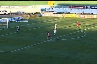Juba carimba o travessão do Ceará - Marcelinho Paraíba recebe bola e toca para Juba que estava livre. Ele chuta no travessão.