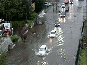 Chuva provocou alagamento em Curitiba - Temporal durou poucos minutos.