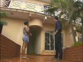 Criança de um ano e nove meses cai da sacada de uma casa em Foz do Iguaçu - Por sorte a criança só teve ferimentos no pé e no rosto.