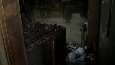 Incêndio atinge casa no Bairro Solidariedade em Juiz de Fora - Ocorrência foi na tarde deste sábado (21). Idoso que estava na residência recebeu atendimento por inalar fumaça.