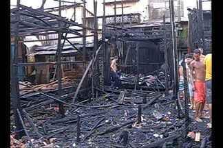 Incêndio destrói casas no bairro de Canudos, em Belém - Segundo o Corpo de Bombeiros, mais de 20 casas foram destruídas.