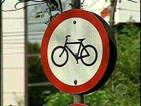 Ciclistas precisam de mais atenção no entorno do Igapó - Recapeamento da avenida Higienópolis retirou as faixas e tachões que delimitavam o espaço destinado aos ciclistas