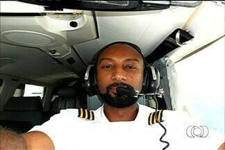 Corpo de piloto de avião que caiu em Caldas Novas é enterrado - O enterro aconteceu em Rio Verde, cidade natal do comandante de 40 anos. Ele deixou a mulher e três filhos adolescentes.