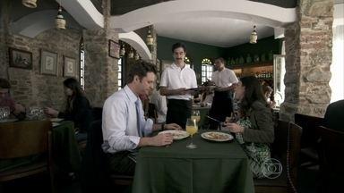 Valdirene deixa namorado envergonhado - Ela pede para o garçom embrulhar a comida da mesa do lado