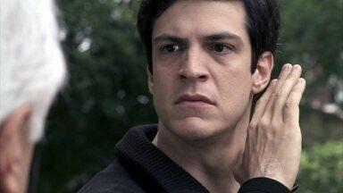 César e Félix trocam ameaças na frente de casa - Félix sobe para o seu quarto e chora