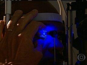 Glaucoma atinge a visão periférica - Quem tem glaucoma fica com o campo de visão restrito. E a doença chega aos poucos. O doente se adapta à condição. Com o tempo, situações banais, como subir uma escada, viram tarefas perigosas.