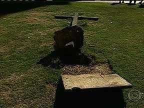 Vândalos danificam símbolo da chacina da Candelária - A cruz com os nomes de seis menores e dois maiores assassinados em 1993 foi arrancada do chão da praça e jogada no gramado, em frente à Igreja da Candelária. A artista plástica Ivone Bezerra de Mello disse que vai cobrar providências da polícia.