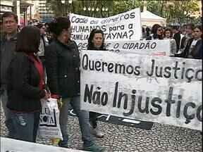 Familiares e amigos pedem resolução do caso Tayna em protesto em Curitiba - Os manifestantes pedem que os 15 envolvidos sejam soltos e cobram a resolução do caso.