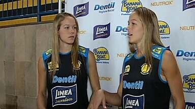 Gêmeas participam da Superliga de Vôlei pelo Praia Clube - As gêmeas Michele e Monique vão reforçar a equipe do Praia Clube na principal competição de vôlei do país.