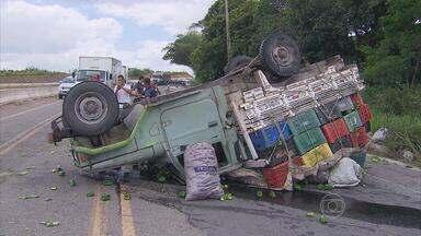 Caminhão carregado de verduras tomba na BR-408 - Havia três homens no veículo, mas ninguém ficou ferido.
