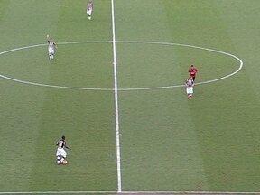 Jogando mais recuado, Seedorf ajuda o Botafogo a empatar com o Flamengo - No segundo tempo, holandês jogou como um volante, auxiliando a marcação e distribuindo o jogo.