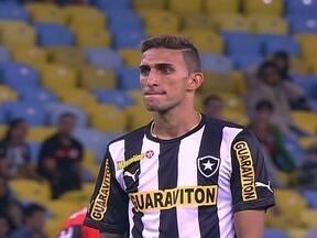 Mais enfiado entre os zagueiros, Rafael Marques tem boas oportunidades no 2º tempo - Atacante conseguiu finalizar três vezes e participou do gol de empate do Botafogo contra o Flamengo.