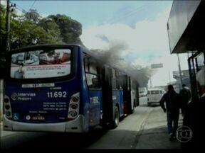 Manifestantes queimam ônibus em protesto na Estrada do Campo Limpo - Protesto ocorreu por volta das 10 da manhã. Trinta pessoas estavam dentro do ônibus. Não há notícias sobre feridos e pessoas detidas.
