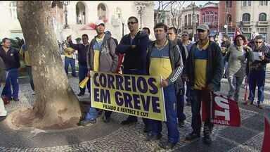 Funcionários dos correios continuam em greve - Ontem eles fizeram um protesto para chamar a atenção para as reivindicações das categorias