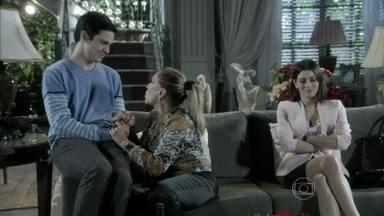 Félix manipula Pilar para impedir possível conciliação com César - Bernarda explica que Pilar precisa ouvir a proposta de César judicialmente e insinua que o neto está interessado apenas na presidência do hospital