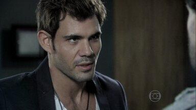 Ninho volta de Nova York disposto a brigar por Paulinha - Enquanto isso, a menina ajuda Paloma a fazer um bolo para Bruno