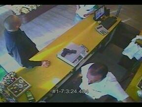 Policial armado provoca pânico numa quadra de Samambaia - Imagens das câmeras de segurança de uma padaria registraram a confusão. O policial entrou no estabelecimento, mostrou a arma no balcão e rendeu os funcionários. Segundo a Policia Civil, o agente faz tratamento psiquiátrico. Ele foi detido.