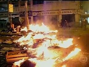 Manifestantes e policiais entram em confronto durante protesto de professores no Rio - Nesta segunda-feira (30), em mais um dia de protestos de professores da rede pública de ensino, que estão em greve, houve confronto com a polícia. Pelo menos sete pessoas foram detidas, um menor apreendido e 15 ficaram feridas.