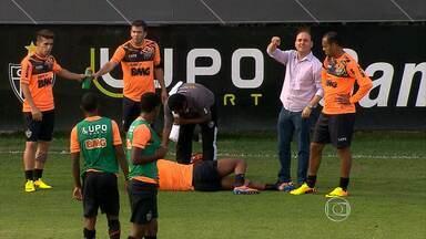 Contusões viram dor de cabeça para técnico Cuca - Além de Ronaldinho Gaúcho, Richarlyson, Réver e Michel também estão contundidos.