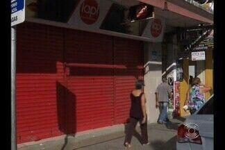 Loja de cosméticos é assaltada no Centro de Campina Grande - Segundo a Polícia, três homens armados entraram no local, renderam os funcionários e roubaram parte do dinheiro do caixa.