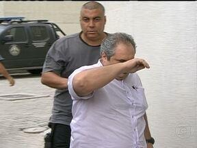 Polícia do Rio prende 25 funcionários da Vigilância Sanitária - Eles são suspeitos de exigir dinheiro de donos de lojas, bares e restaurantes para não aplicar multas. Dois com cargos de chefia serão exonerados.