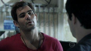 Ninho conta para Félix que está se reaproximando de Paulinha - O irmão reclama que Paloma mudou por causa de Bruno. Eles planejam separá-los