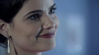 Aline faz insinuações maldosas sobre Paloma - Ela critica o passado da médica e dá em cima de Bruno. O corretor fica intrigado com a cantada. Quando fica sozinha, Aline afirma que Paloma será sua próxima vítima