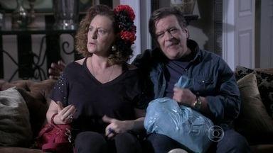 Márcia leva Atílio para a casa de Ignácio - A ex-chacrete se irrita ao vê-lo flertar com Eudóxia
