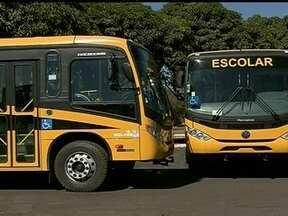 Brasília tem ônibus escolares novos parados na garagem - A Secretaria de Educação do Distrito Federal explica que o governo não tem motoristas e monitores contratados. Enquanto isso, em Goiás, os alunos são transportados em veículos com mais de 20 anos.