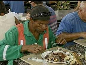 Alguns frequentadores dos restaurantes comunitários estão em risco alimentar - No Distrito Federal, existem 13 restaurantes comunitários que sempre estão lotados. Os pratos são bem preparados e custam pouco. Ainda assim, alguns frequentadores estão em situação de risco alimentar.