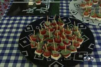 Em Goiânia, chefe de cozinha ensina a preparar 'Espetinho de Tomate' - O tomate é o produto mais vendido nas feiras de Goiânia, segundo os comerciantes. Os consumidores podem escolher entre vários tipos, como o cereja e o salada.