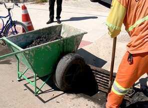 Garis retiram cerca de 50 toneladas de lixo de bueiros em Vitória por mês, diz prefeitura - Intenção é prevenir alagamentos com a chegada do período de chuvas intensas.