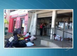 Dois homens são presos ao tentar assaltar lotérica na Serra, ES - Segundo a polícia, um terceiro suspeito conseguiu fugir. Com a ação dos militares, nada foi roubado da lotérica.