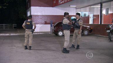 Policial militar é atropelado ao abordar suspeitos de roubar moto na Grande BH - Sargento teve fratura exposta em uma perna e foi levado ao hospital.