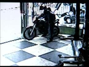 Dois assaltantes roubam moto de dentro de oficina mecânica na Penha - O que os ladrões não contavam era com o olhar atento dos conhecidos da vítima.