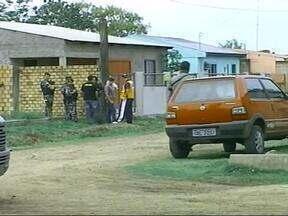 Jovem de 18 anos mantém ex-namorada em cárcere privado em Uruguaiana, RS - Filho de um ano do casal é usado como refém.