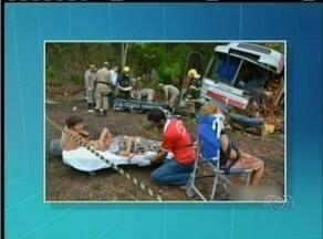 Acidente na BR-153 provoca a morte de uma pessoa e deixa pelo menos 30 feridos - Acidente na BR-153 provoca a morte de uma pessoa e deixa pelo menos 30 feridos