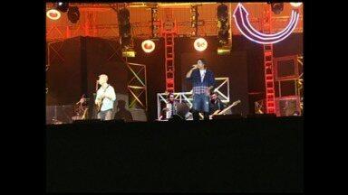Victor & Léo fazem show e animam Piraí, RJ - Chuva tentou atrapalhar a apresentação, mas não foi suficiente para tirar empolgação do público.