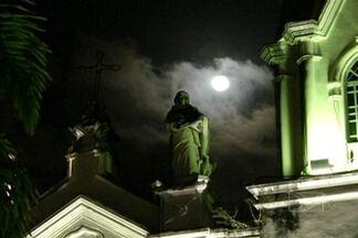 Curiosos se reúnem para observar eclipse penumbral - Grupo observou fenômeno na Praça Gonçalves Dias